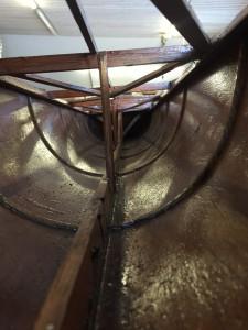 Aperçu de la structure intérieure d'un bateau d'aviron en bois.