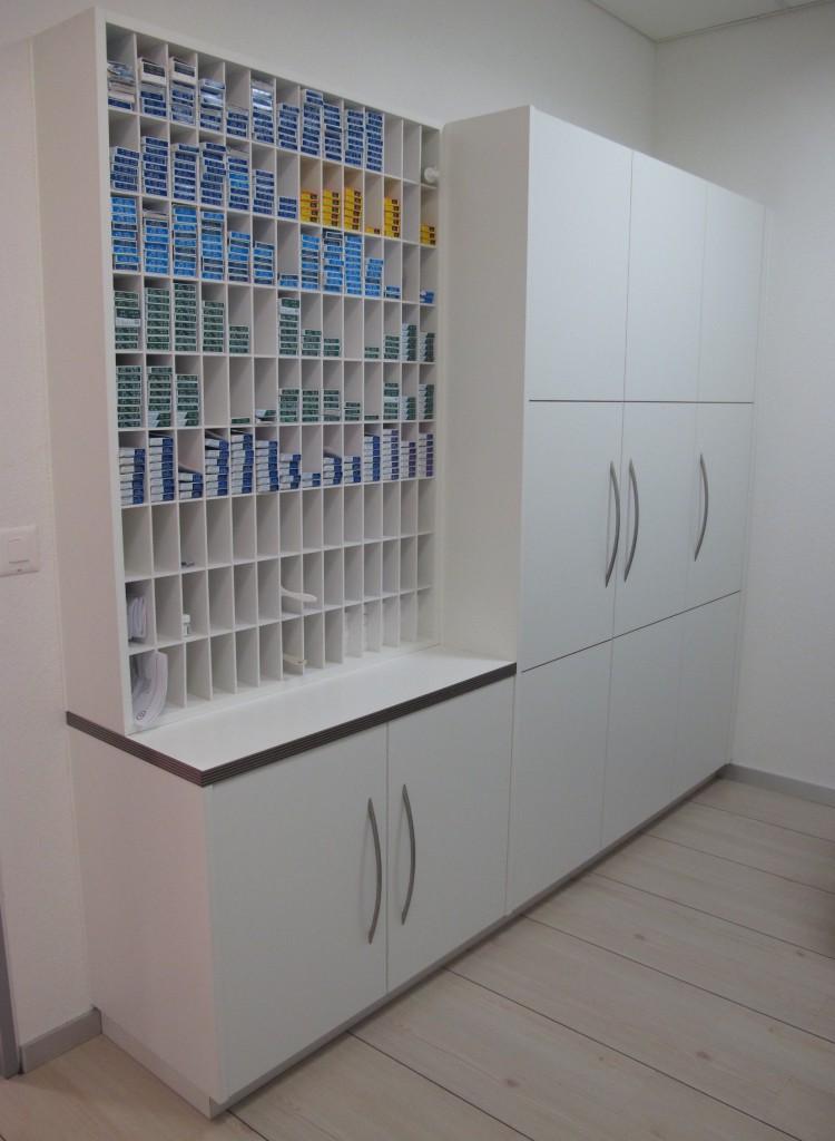 Armoire et casiers de rangement pour boites de lentilles de contact.