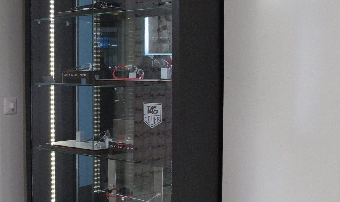 Vitrine vue de l'intérieur du magasin