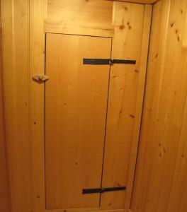 Porte d'armoire avec anciennes charnières et tournet en bois.